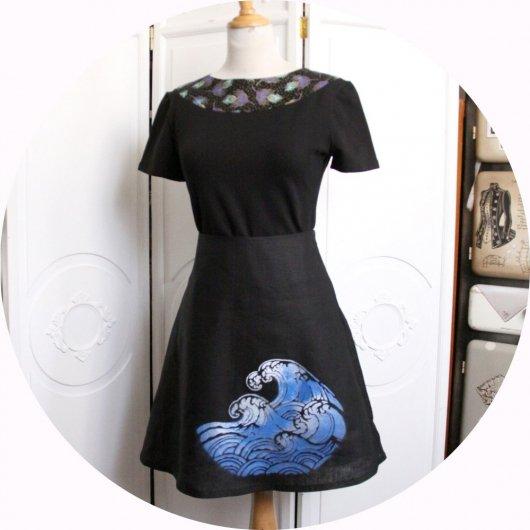Jupe courte trapeze en lin noir léger et motif vague bleue et blanche