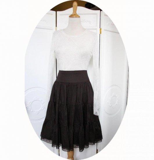 Jupe mi-longue à volants en coton marron foncé et bordure en dentelle