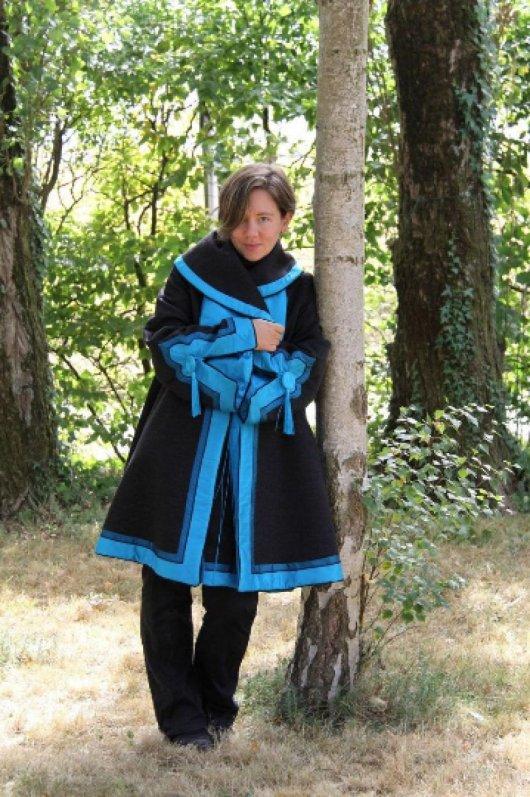 Manteau laine et cachemire gris et détails en soie bleue d'inspiration asiatique