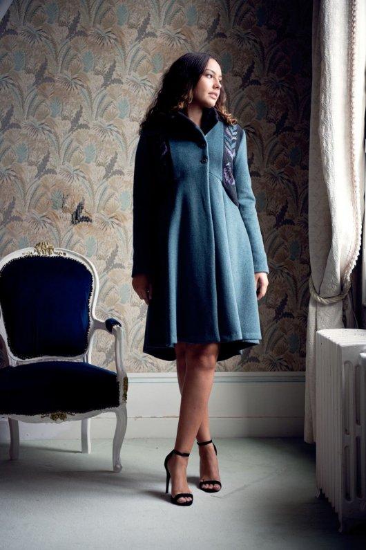 Manteau Spencer de forme trapèze en drap de laine bleu et gris brodé à la main motif feuilles