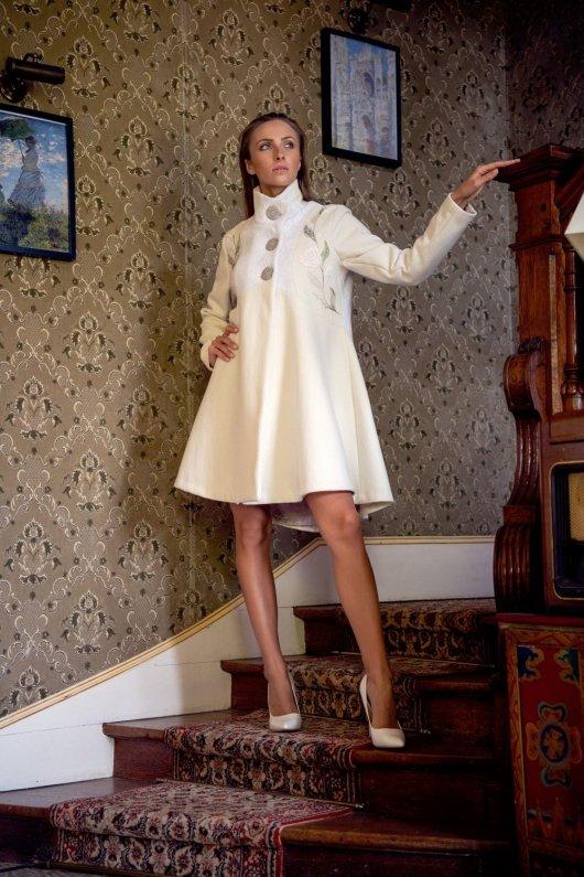 Manteau Spencer de forme trapèze en drap de laine ivoire et dentelle brodé à la main