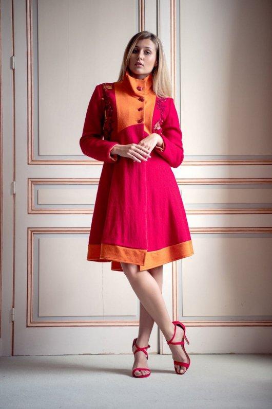 Manteau Spencer de forme trapèze en laine bouillie rouge et orange brodé main avec détails en ruban de soie
