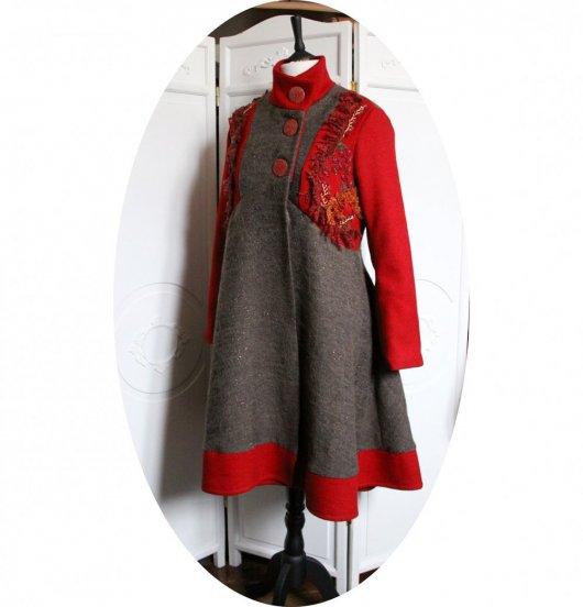 Manteau Spencer de forme trapèze en laine rouge et beige cuivré brodé à la main