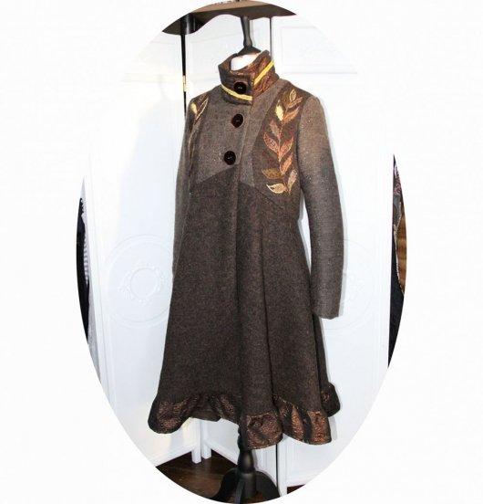 Manteau Spencer de forme trapèze en lainemarron et cuivre brodé main avec détails en tissu gauffré cuivre et tresse dorée