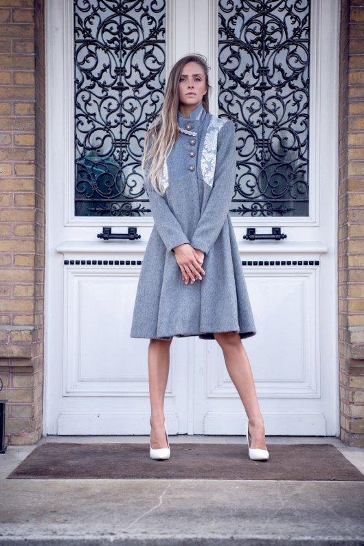 Manteau Spencer de forme trapèze en velours de laine et mohair gris perle et motif baroque