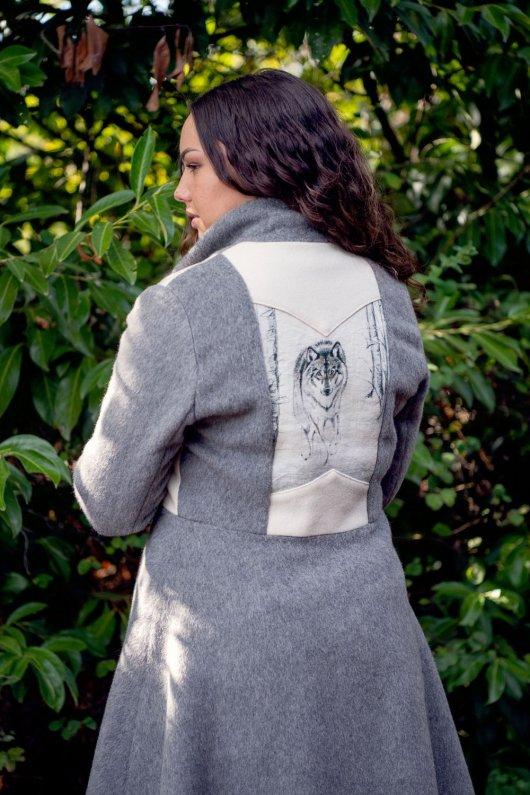 Manteau Spencer de forme trapèze en velours de laine et mohair gris perle et motif loup