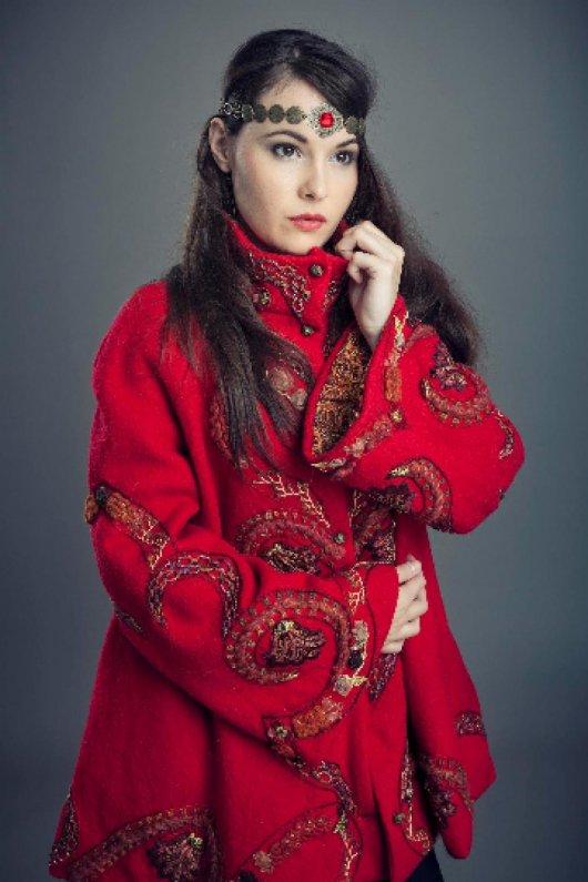 Manteau trapeze évasé court en laine rouge avec des broderies bohême