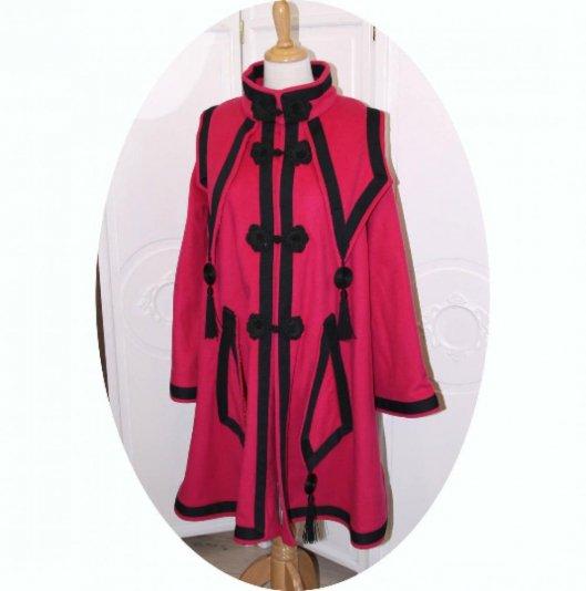 Manteau trapeze long en laine rose fuchsia brandebourgs et galon passementerie noirs