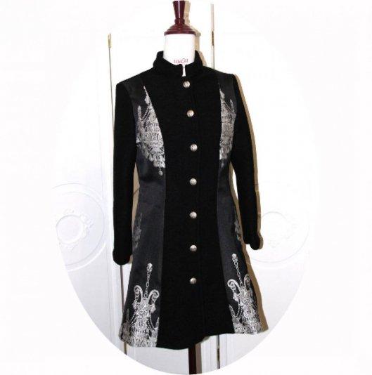 Manteau trois quart évasé en laine noire et motif chandelier baroque argent