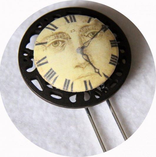 Pic à cheveux bouton noir et beige motif horloge