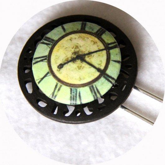 Pic à cheveux bouton noir et vert clair motif horloge