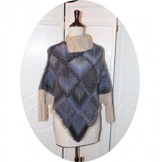 Poncho chauffe-epaule en laine bleu chiné gris motif écaille et col montant ivoire
