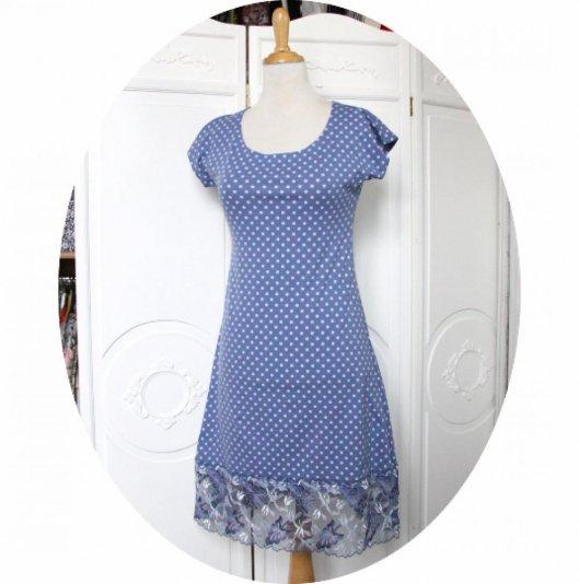 Robe P'tit Basique courte et trapeze à manches courtes en jersey coton bleu a pois et dentelle brodée bleue