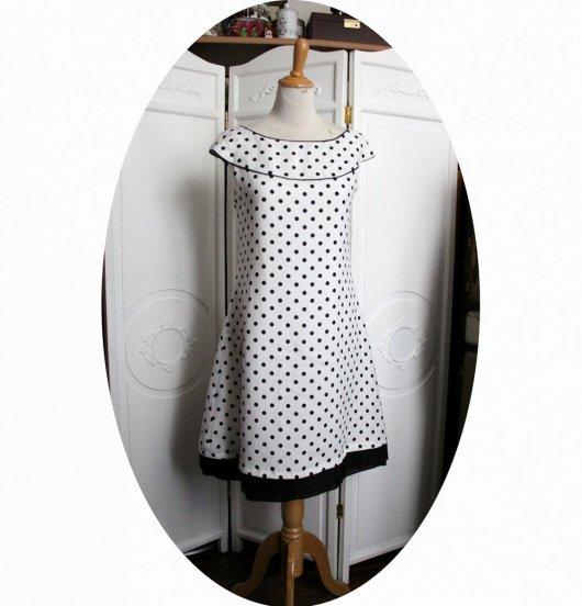 Robe courte trapeze sans manches en lin blanc à pois noirs