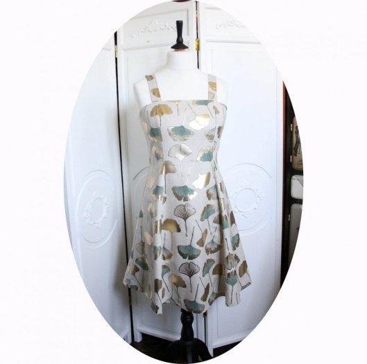 Robe d'été courte cintrée et évasée à bretelles en coton beige feuilles de Ginko vert sauge et or