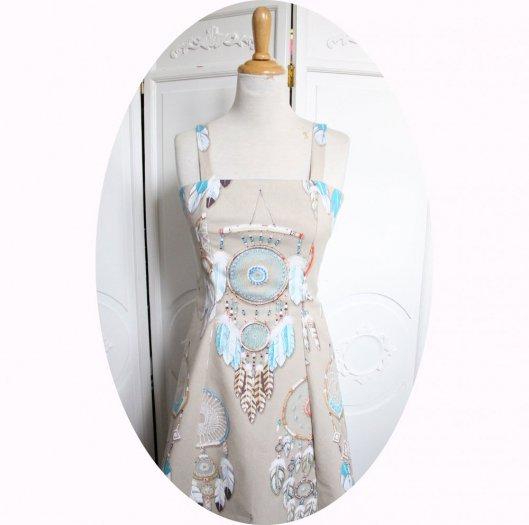 Robe d'été courte cintrée et évasée à bretelles en coton beige imprimé d'attrapes rêves turquoise