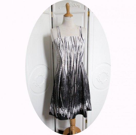 Robe d'été courte cintrée et évasée à bretelles en satin de coton fleuri noir beige et blanc