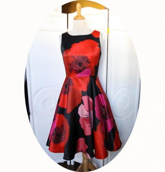 Robe fifties pin up sans manches a jupe corole en satin noir imprimé de larges fleurs coquelicot rouge et rose