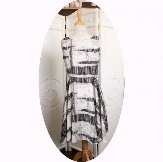 Robe gris clair sans manches à jupe corole en crêpe