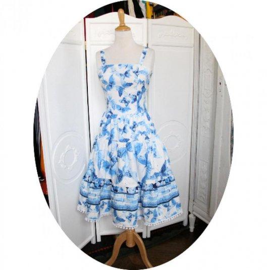 Robe longue à volant sans manches en coton imprimé de papillons bleus sur fond blanc
