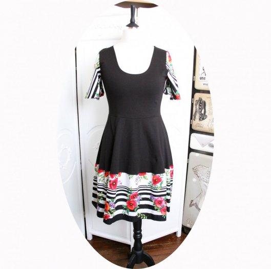 Robe noire à rayures noires et fleurs roses à manches courtes et jupe évasée