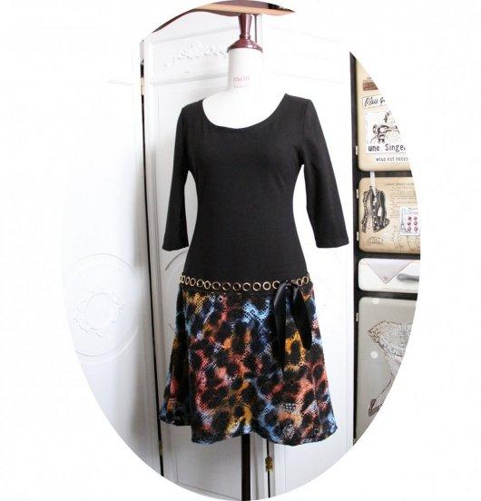 Robe noire style années 20 avec taille basse et jupe évaséeen dentelle macramée