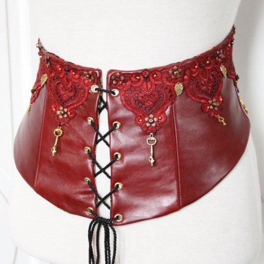 Serre taille Cersei, serre taille en soie cuir rouge, ceinture corset en cuir rouge et broderies