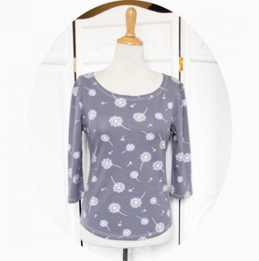 Top P'tit Basique en coton imprimé fleur de pissenlit blanc sur fond gris bleu à manches trois quart en jersey de coton