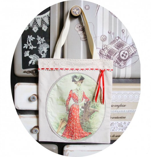 Sac Tote bag écru Gravure de Mode robe rouge et dentelle ancienne