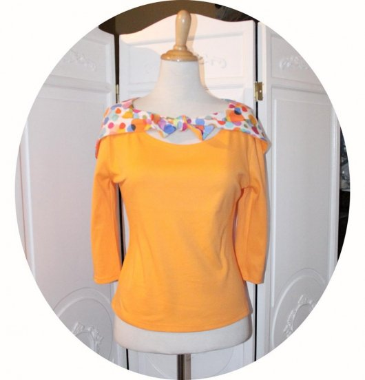 Top tshirt a capuche en jersey coton orange clair et blanc à pois colorés à manches trois quart