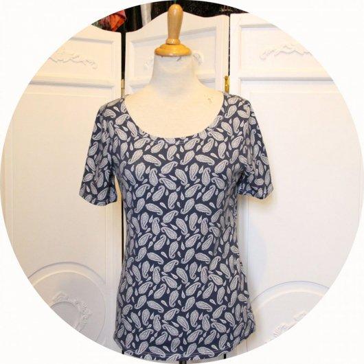 Top tunique P'tit Basique en coton imprimé arabesques paisley blanches sur fond bleu à manches courtes en jersey de coton