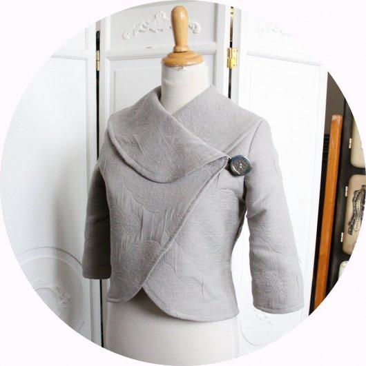 Veste courte en tissu matelassé gris clair à grand col chale et manches trois quart