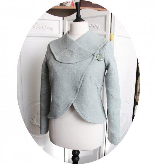 Veste courte en tissu matelassé vert amande à grand col chale et manches longues