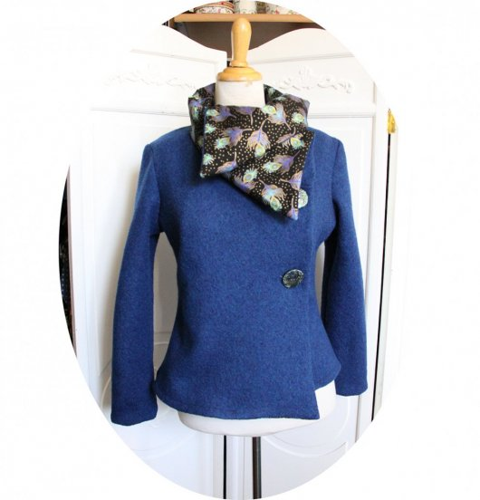 Veste croisée bleue en laine souple à grand col noir plume de paon