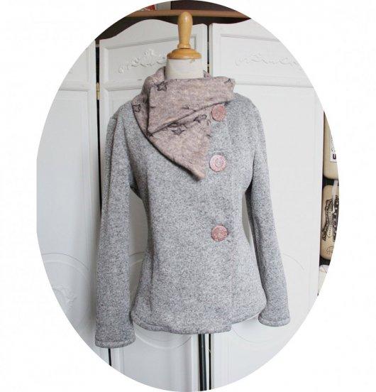 Veste croisée souple à grand col en maille chiné gris clair et molleton rose clair