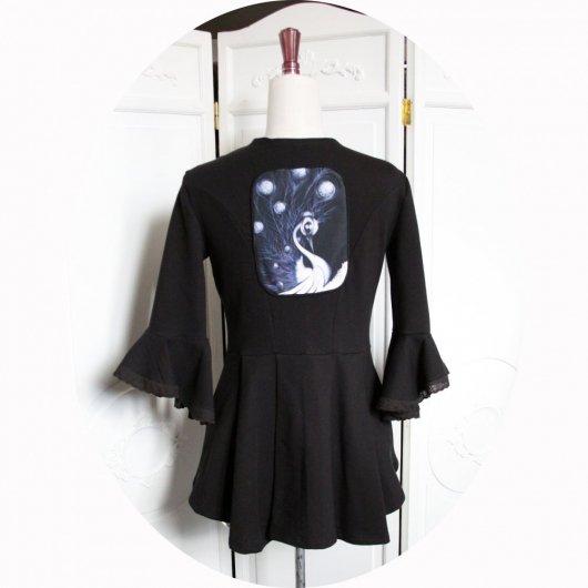 Veste queue de pie noire en maille coton à manches trois quart volantée et motif paon steampunk