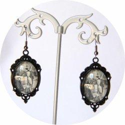 Boucles d'oreilles Gravure de Mode Belle Epoque noir et blanc robe grise sur monture ovale noire