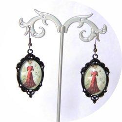 Boucles d'oreilles Gravure de Mode Belle Epoque robe rouge sur monture ovale noire