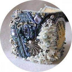 Bracelet manchette camée Octopus bleu et blanc en perles brodées