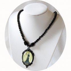 Collier médaillon cabochon Gravure de Mode ancienne Belle Epoque sur rang de perles noires