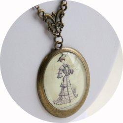 Collier médaillon gravure de mode Belle Epoque mauve