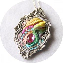 Collier médaillon ovale en ruban de soie shibori pastel et cadre Art déco