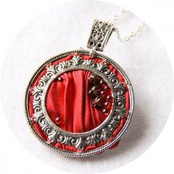 Collier médaillon rond en ruban de soie shibori rouge brodée et cadre argenté