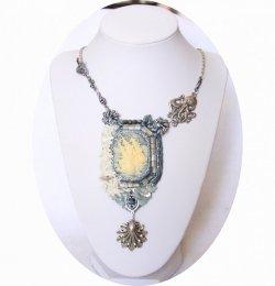 Collier camée Octopus bleu et blanc en perles brodées