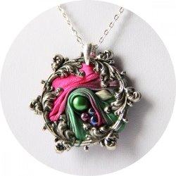 Collier victorien médaillon en ruban de soie shibori rose fuchsia et vert et cadre argenté à volutes arabesques brodé