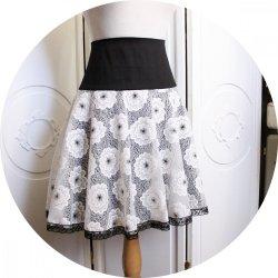 Jupe courte évasée noire et blanche en satin de coton et dentelle