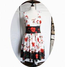 Robe d'été coquelicot esprit pin up en coton à fleur de pavot rouge sur fond blanc et noir avec une jupe courte évasée
