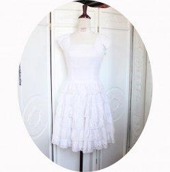 Robe fifties pin up blanche sans manches à jupe corole en dentelle