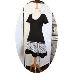 Robe noire et blanche en dentelle style années 20 avec taille basse et jupe évasée