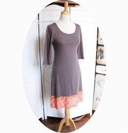 Robe taupe courte trapeze 'P'tit Basique' en jersey taupe à pois corail et guipure corail